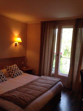 Hotel la Fontaine : Chambre lit 160x200 couette...balcon
