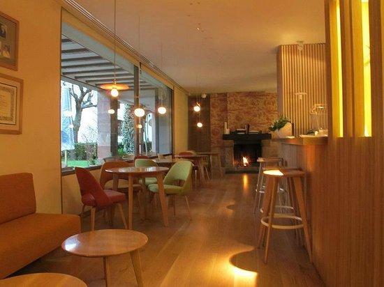 Echaurren Hotel Gastronómico : Le bar, avec grandes baies coulissantes vers la terrasse