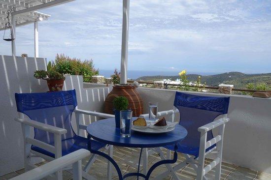 Guesthouse Flora Geronti : vue de la terrasse de la chambre (Paros à gauche)