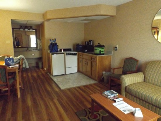 Best Western Inn: living/kitchen area