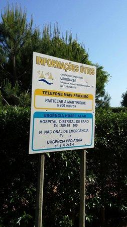 Quinta Pedra dos Bicos: Falta de algarismos nos números de telefone tornam esta placa inútil.