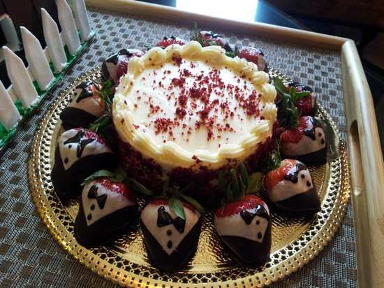 River City Casino & Hotel : Red velvet cake with strawberries!