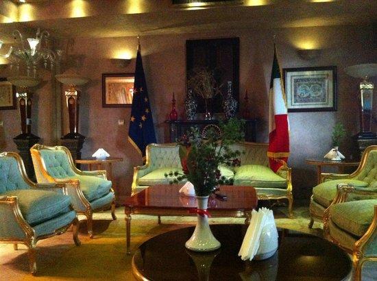 Niloo Hotel: Lounge area