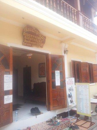 Oudomphong Guest House : Entrada