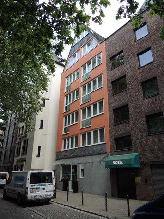 Hotel Drei Kronen: ホテル玄関は路地裏でわかりにくい