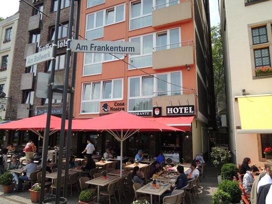 Hotel Drei Kronen: 一階はレストラン、赤いテントが目印です