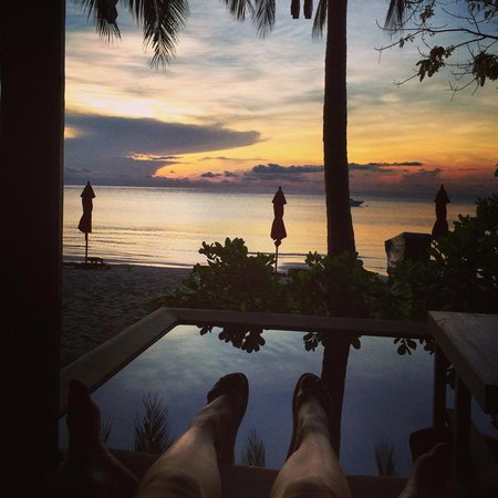Anantara Rasananda Koh Phangan Villas : Enjoying the beach front from the privatre pool lounge