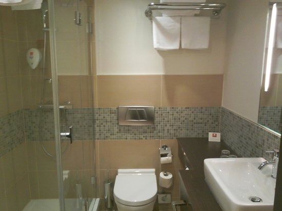 Leonardo Hotel Vienna: clean bathroom
