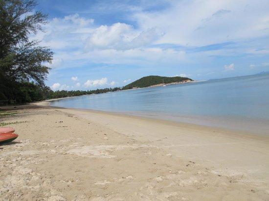 Kanok Buri Resort: Пляж слева от ресторана