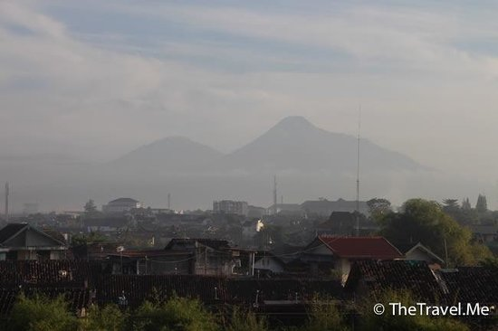 Hotel Santika Premiere Jogja: 房間可望見火山