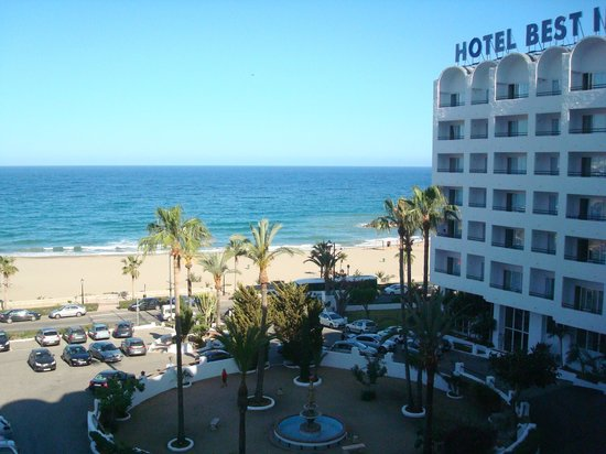 Best Indalo: El hotel y aparcamiento.