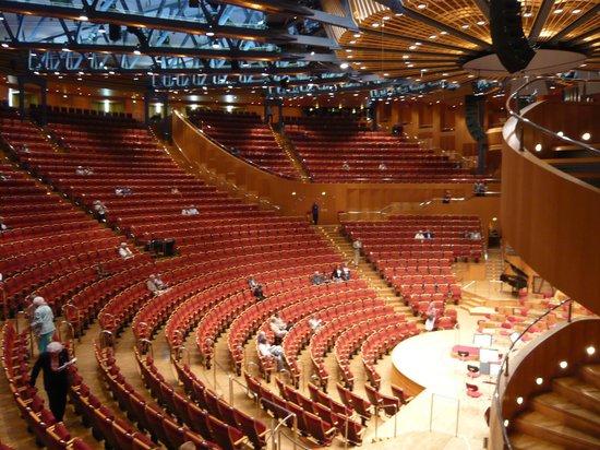 Kolner Philharmonie: すり鉢上のホール