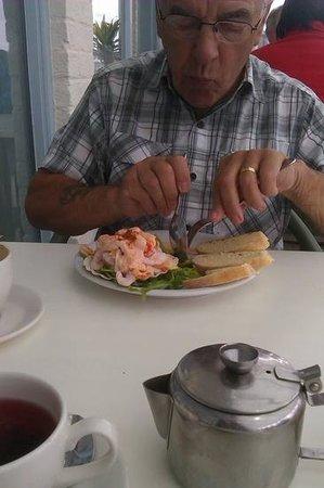 The Noisy Lobster at Avon Beach : Tony enjoying his starter