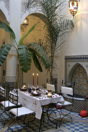 Riad Dollar Des Sables: Dining with candles in the courtyard