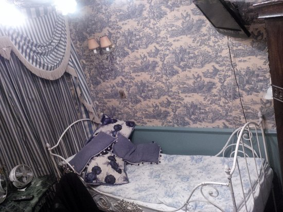 Pavilion Hotel: Blue room!