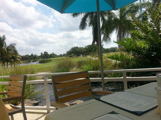 The Naples Beach Hotel & Golf Club : Breakfast overlooking the beautiful golf course