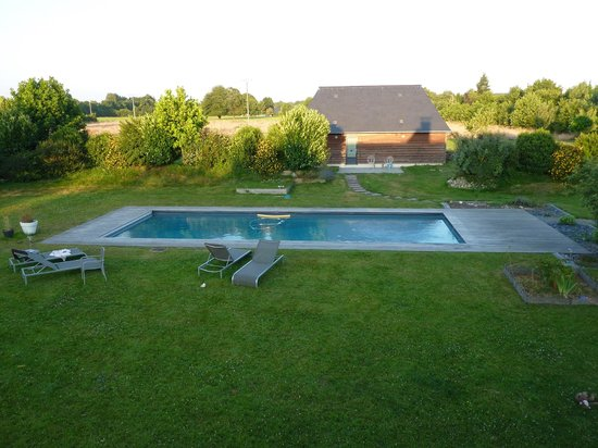 Beehome Guest House : Refreshing Pool in Manicured Garden