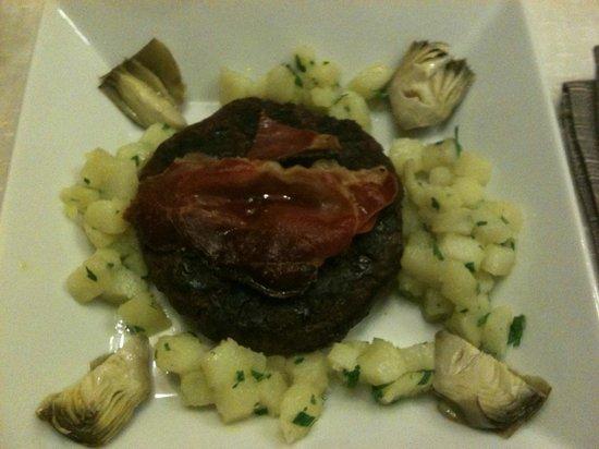 Osteria - Pub 33: hamburger di capriolo con prosciutto toscano e patate lesse al prezzemolo