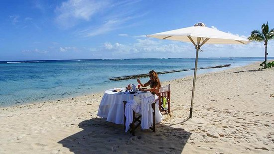 Dinarobin Beachcomber Golf Resort & Spa: A private breakfast on the beach after a morning massage!