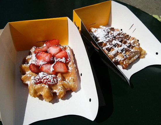 Wafels & Dinges: Belgian waffle and strawberries + waffle and nutella