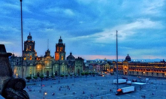 Gran Hotel Ciudad de Mexico: Evening view from the roof top restaurant.
