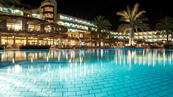Constantinou Bros Athena Beach Hotel: Pool area at night