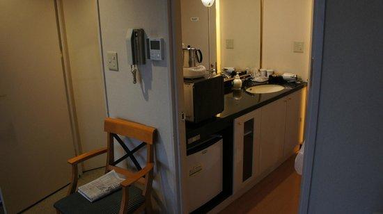 APA Villa Hotel Kanazawa Katamachi : 広めの洗面台。レンジと冷蔵庫つき