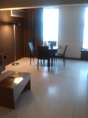 Autentico Hotel: Comedor dentro de la habitacion.