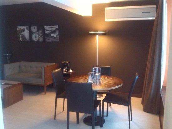 Autentico Hotel: Sala-Comedor dentro de la habitacion.