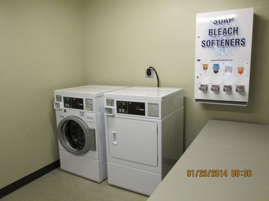 Parkwood Inn & Suites: Guest Laundry/located on 4th floor