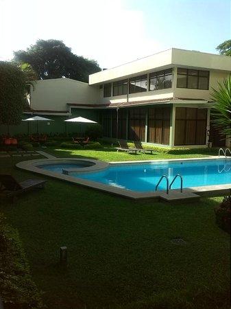 Autentico Hotel : Piscina y Jardin dentro del hotel.