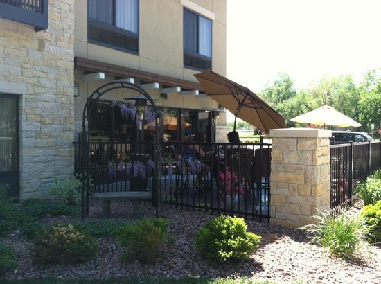 Parkwood Inn & Suites: Patio off of breakfast area/includes complimentary gas grill for guest use