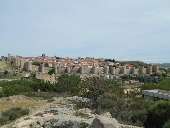 The Walls of Avila : Las murallas desde la ruta de ingreso a Avila