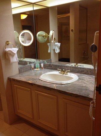 Luxor Las Vegas: Large bathroom