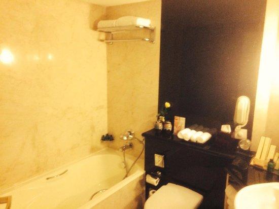 Shangri-La's Eros Hotel: A nice bathroom