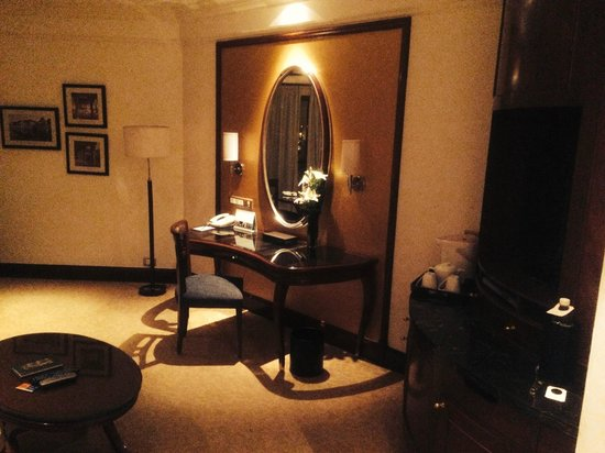 Shangri-La's Eros Hotel: Well thought through desk for working