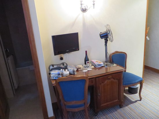 Hotel Saint Christophe: Desk, fan, and flat screen TV