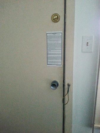 ذا آيلاند إن: Door