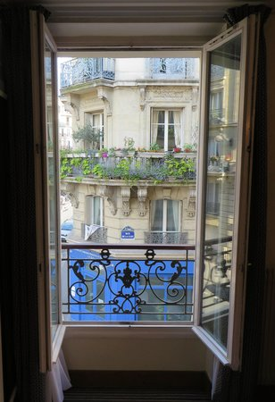 Hotel Saint Christophe: How Parisian is this view?