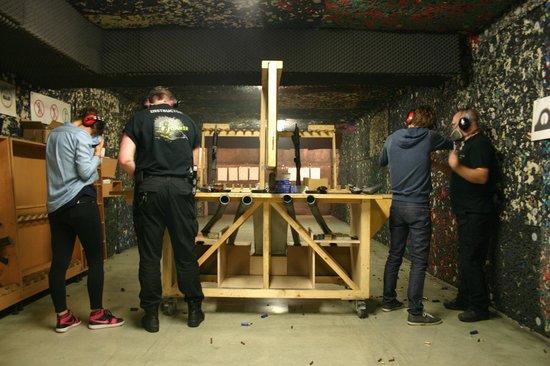 Celeritas Shooting Club : Jamais plus de deux personnes ne tirent en même temps et les instructeurs nous mettent en confia