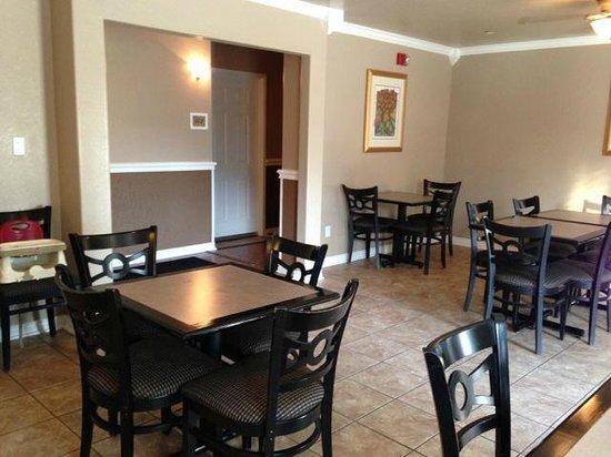 The Veranda Inn: Nice new seating in the breakfast area