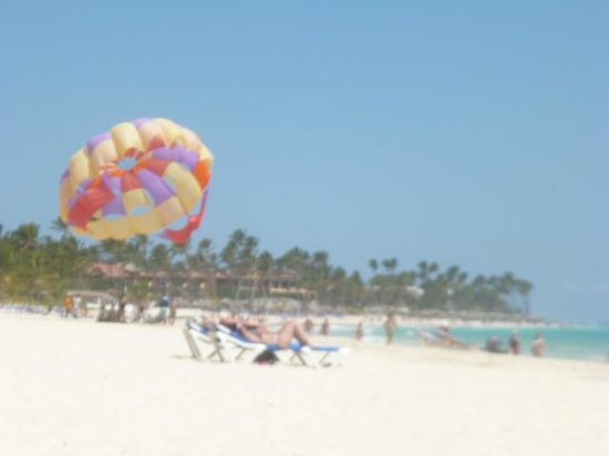 Tropical Princess Beach Resort & Spa: Parasailing