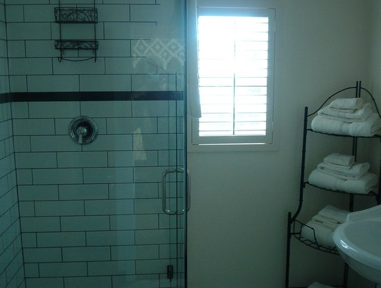 Jamestown Hotel: Showers