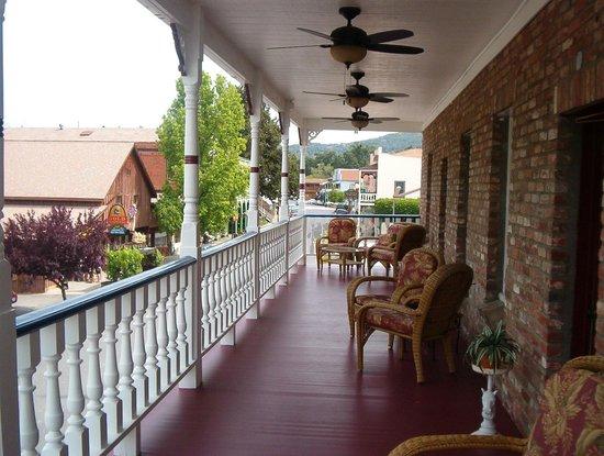 Jamestown Hotel: Upper Patio
