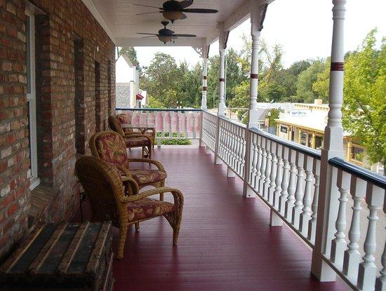 Jamestown Hotel: Upper Patio for rooms
