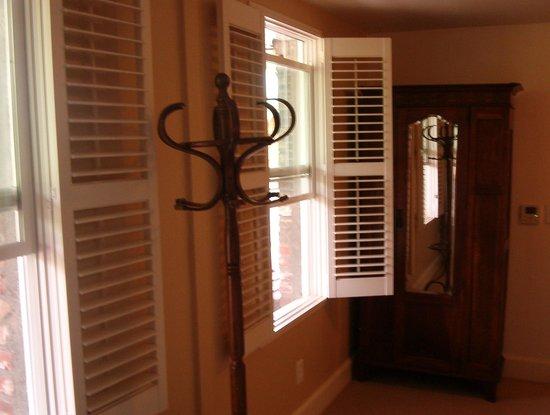 Jamestown Hotel: Window shades