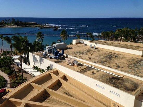 Caribe Hilton San Juan: Beautiful ocean (and dirty rooftop) view.