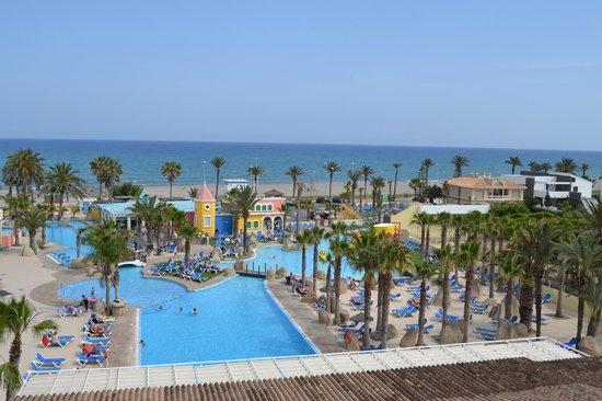 Mediterráneo Park: Vista do quatro para piscina e praia., simplesmente lindo.