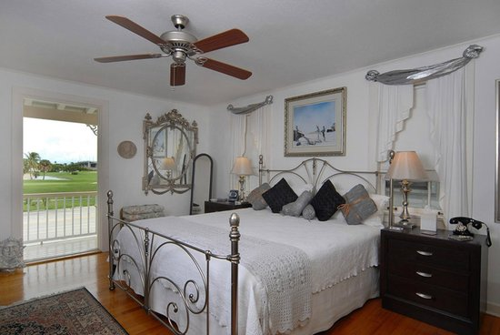Sabal Palm House Bed and Breakfast Inn: Salvador Dali Room with king-size bed and great view of golf course.