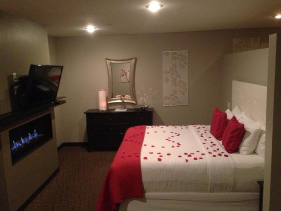 Belamere Suites Hotel: Anniversary package; rose petals and candle light